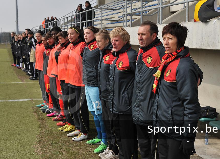 Belgie U17 - Duitsland U17 : Joelle Piron , Luc Bosmans , Suzy Fourier en de bank tijdens de hymne.foto DAVID CATRY / Vrouwenteam.be