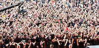 WITH FULL FORCE XIII Festival in Roitzschjora bei Löbnitz - jedes Jahr pilgern über 30 000 Fans der härteren Tonart ins kleine Dörfchen am alten Muldearm. Es ist das größte Festival seiner Art im Osten - mit der musikalischen Bandbreite sogar in Deutschland. Von Metal über Punk bis zu Gothic sind alle Zwischenrichtungen vertreten. - im Bild: Blick von der Bühne in die unüberschaubare Menge..Foto: Norman Rembarz..aif.....action-in-focus.de..Talstr. 25.04103 Leipzig..phone:  01794887569.mail:  public@action-in-focus.de..