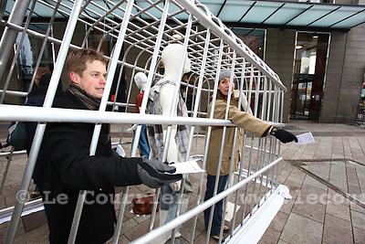 Genève, le 15.12.2009.Un caddy qui fait réfléchir les consommateurs..Un caddy géant trônant en pleine rue de la monnaie a intrigué les passants..© Le Courrier / J.-P. Di Silvestro