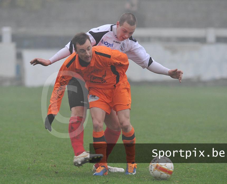 Club Roeselare - Sassport Boezinge : Jan Verhelst aan de bal voor Brenthon Dujardin.foto VDB / BART VANDENBROUCKE