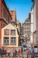 France, Alsace, Department Bas-Rhin, Strasbourg: tourists waiting at Quai des Bateliers for the next sightseeing boat | Frankreich, Elsass, Départements Bas-Rhin, Strassburg: Touristen warten am Quai des Bateliers auf das naechste Boot zur Rundfahrt auf der Ill