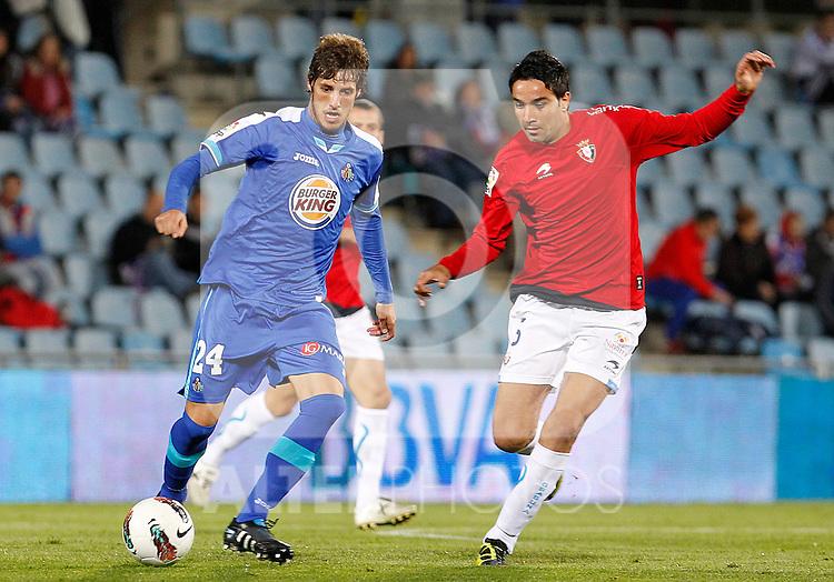 Getafe's Ruben Perez (l) and Osasuna's Javad Nekounam during La Liga match.October 26,2011. (ALTERPHOTOS/Acero)