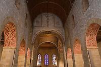 Europe/Suisse/Pays d'Enhaut/Rougemont: L'église de Rougemont, de style roman, a été construite par les moines de Cluny au XIe siècle- La nef est voûtée en berceau de bois, elle est séparée des bas-côtés par 12 piliers carrés et massifs dont la partie intérieure a été peinte lors de la dernière restauration en 1919, d'après des dessins du XIIIe siècle siècle, relevés au château de Chillon et à l'église de Romainmôtie