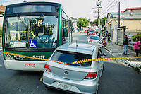 SÃO PAULO, SP, 26.11.2015- ACIDENTE-SP - Colisão entre carro e ônibus na Rua Vergueiro, deixou uma mulher ferida sem gravidade que foi levada ao Pronto Socorro Vergueiro na tarde desta quinta-feira, 26. (Foto: Renato Mendes / Brazil Photo Press)