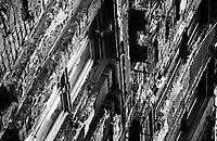 UNGARN, 07.1989.Budapest - I. Bezirk.Alltag vorm Systemwechsel:  Menschen hinter ihren verfallenden Prachtfassaden in der Batthyany urca..Everyday life before the system change:  People behind their crumbling facades in Batthyany street..© Martin Fejer/EST&OST