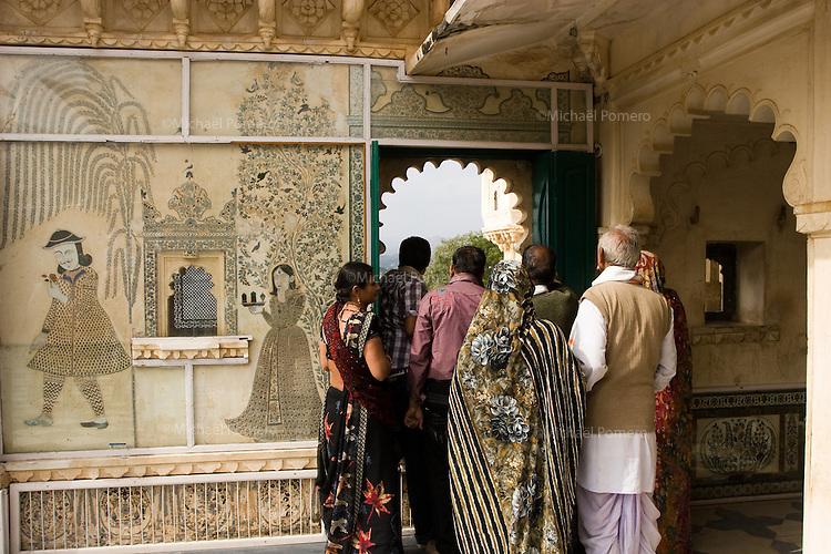 26.11.2010 Udaipur (Rajasthan)<br /> <br /> Indian tourists watching the lake trough a window of  city palace.<br /> <br /> Touristes indiens regardant le lac a travers une fenêtre du palais de la ville.