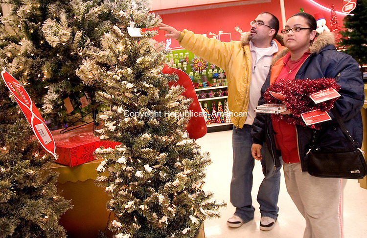 WATERBURY, CT 28 November 2008-112808SV05--Richard and Glenda Rodriguez of Waterbury shop for holiday decorations at Target in Waterbury Friday.<br /> Steven Valenti Republican-American