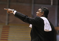 BOGOTÁ -COLOMBIA-15-03-2013. José Tapias, entrenador de Piratas, gesticula durante partido de la décima tercera fecha de la Liga Direct TV de baloncesto Profesional de Colombia 2013./  Jose Tapias, Piratas Coach, gestures during the game of the thirteenth date of DirecTV professional basketball League 2013 in Colombia. Photo: VizzorImage/STR