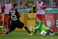 FUSSBALL   DFB POKAL 2. RUNDE   SAISON 2013/2014 SC Freiburg - VfB Stuttgart      25.09.2013 Torwart Oliver Baumann (re, SC Freiburg) rettet gegen Mohammed Abdellaoue (li, VfB Stuttgart)