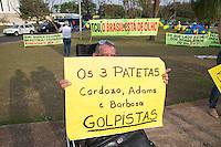 BRASILIA, DF, 07.10.2015 - TCU-CONTAS -  Homem com cartaz em frente ao TCU, onde acontecerá sessão para análise das contas públicas do Governo da presidente Dilma Rousseff de 2014, nesta quarta-feira, 07.(Foto:Ed Ferreira / Brazil Photo Press)