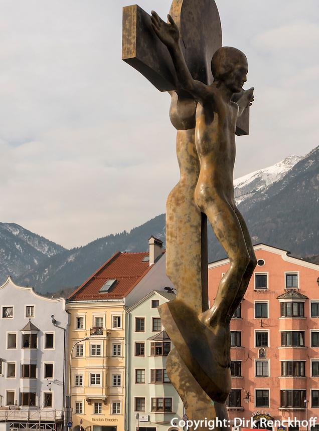 Kruzifix auf der Innbrücke, Blick auf  Stadtteil und Karwendel-Gebirge, Innsbruck, Tirol, Österreich