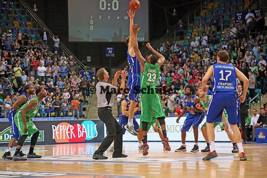 Danilo Barthel (Skyliners) gewinnt den Sprungball - Fraport Skyliners vs. TBB Trier, Fraport Arena Frankfurt