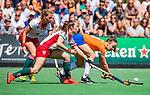 BLOEMENDAAL - Colette de Beaumont (MOP) met Carmel Bosch (Bldaal) tijdens de tweede Play Out wedstrijd hockey dames, Bloemendaal-MOP (5-1)  COPYRIGHT KOEN SUYK