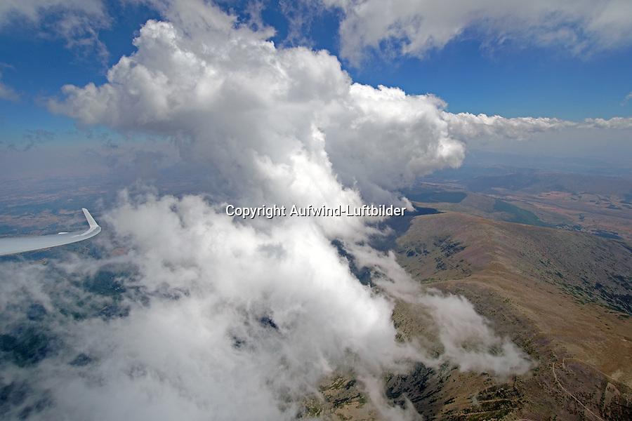 Konvergenz am Mongayo: SPANIEN, ARAGONIEN, SORIA, 31.07.2018: Konvergenz am Mongayo. Der Moncayo bildet die höchste Höhe der Iberischen Gebirgskette (2.373 m) und weist eine große landschaftliche Vielfalt von Gletscherresten auf dem Gipfel bis zu üppigen Buchen-, immergrünen Eichen-, Waldeichen-, Kiefer- und Wacholderwäldern an seinen Hängen.<br /> <br /> Der Park gehört zur Sierra del Moncayo und dem Gemeindebezirk Tarazona. Er liegt in der Provinz Zaragoza und bildet die natürliche Grenze zwischen den autonomen Region Aragon und Kastilien-León. Es handelt sich um ein klimatisches Übergangsgebiet zwischen der Ebro-Senke und der Meseta Sorias. Seine Besonderheiten sind milde und kurze Sommer mit wenigen gewitterartigen Niederschlägen und lange, kalte Winter. Der Moncayo bildet insofern ein originelles Element innerhalb der Vegetation der Iberischen Gebirgskette Aragons, als er ihr einzige Massiv ist, das eine klare Abstufung der Pflanzenformationen aufweist. So finden sich hier bis 900 m Höhe zahlreiche Steineichen und Aleppo-Kiefern, Zerreichenwälder zwischen 900 und 1.100 m, Kiefern bis auf 1.800 m, Buchen zwischen 900 und 1.650 m sowie Auen ab 1.800 m. Die Fauna des Parks ist reichhaltig: Kaninchen, Rebhühner, Füchse, Rotkehlchen, Dachse, Rehe, Steinadler, Habichte u.v.m.