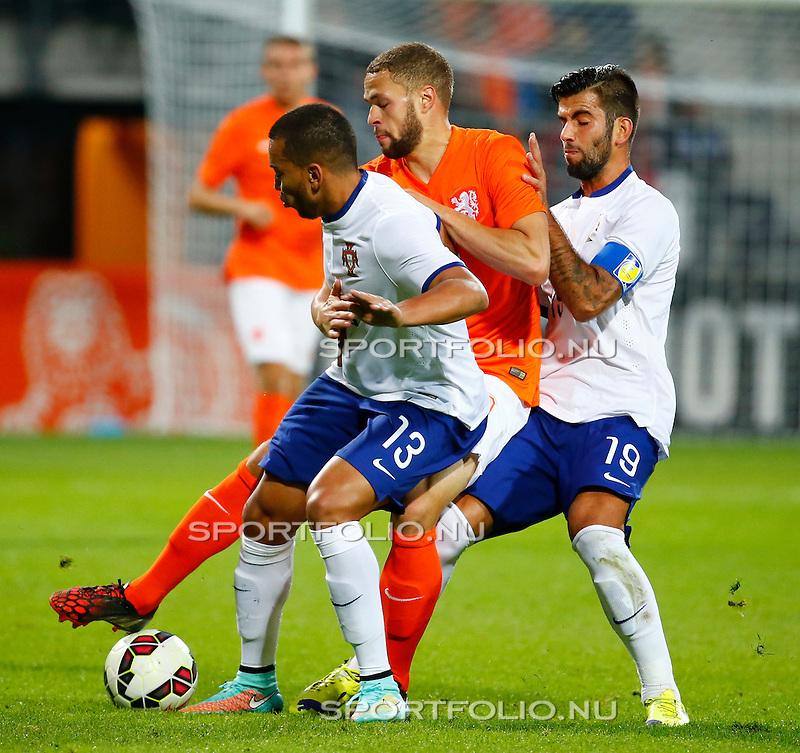 Nederland, Alkmaar, 9 oktober 2014<br /> Play-offs EK-kwalificatie<br /> Jong Oranje-Jong Portugal<br /> Luc Castaignos van Jong Oranje zit klem tussen Ruben Vezo en Sergio Oliveira