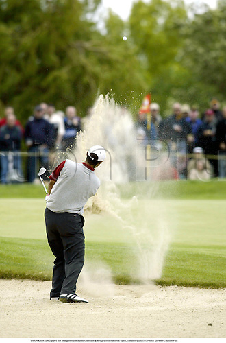 SIMON KAHN (ENG) plays out of a greenside bunker, Benson & Hedges International Open, The Belfry 030511. Photo: Glyn Kirk/Action Plus...2003 golf golfer.bunkers hazard hazards sand sand trap traps