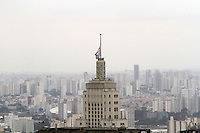 SAO PAULO, SP, 28 JANEIRO 2013 - LUTO OFICIAL BANDEIRAS A MEIO PAU - Com a decretacao oficial do luto de tres dias as bandeiras de todo o pais foram hasteadas a meio pau e o caso da bandeira que fica na torre do Edificio Altino Arantes ou como tambem e conhecido edificio do Banespa que se encontra na regiao central da cidade de Sao Paulo, nessa segunda 28. (FOTO: LEVY RIBEIRO / BRAZIL PHOTO PRESS)