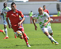 TUNJA - COLOMBIA -27 -02-2016: Edwards Jimenez, (Der.) jugador de Boyaca Chico FC disputa el balón con Carlos Perez (Izq.) jugador de Fortaleza FC, durante partido Boyaca Chico FC y Fortaleza FC, de la fecha 7 de la Liga Aguila I-2016, jugado en el estadio La Independencia de la ciudad de Tunja. / Edwards Jimenez, (R) player of Boyaca Chico FC vies for the ball with Carlos Perez (L) jugador of Fortaleza FC, during a match Boyaca Chico FC and Fortaleza FC, for the date 7 of the Liga Aguila I-2016 at the La Independencia  stadium in Tunja city, Photo: VizzorImage  / Cesar Melgarejo / Cont.