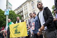 Ca. 1000 Menschen protestierten am Samstag den 11. Juli 2015 in Berlin mit einer Demonstration anlaesslich des anti-israelischen Al Quds-Tag. Sie riefen Parolen wie &quot;Kindermoerder Israel&quot; und &quot;Israel raus aus Palaestina&quot;.<br /> Am sogenannten Al Quds-Tag protestieren weltweit Muslime gegen die Besetzung der palaestinensischen Gebiete durch Israel.<br /> Etwa 2050 bis 300 Menschen protestierten gegen die Demonstration.<br /> Rechts im Bild: Ein Demonstrationsteilnehmer haelt die gelb-gruene Fahne der islamistischen Hisbollah-Partei und seine Mitdemonstranten haben Schilder gegen die Terrororganisation Islamischer Staat, IS.<br /> 11.7.2015, Berlin<br /> Copyright: Christian-Ditsch.de<br /> [Inhaltsveraendernde Manipulation des Fotos nur nach ausdruecklicher Genehmigung des Fotografen. Vereinbarungen ueber Abtretung von Persoenlichkeitsrechten/Model Release der abgebildeten Person/Personen liegen nicht vor. NO MODEL RELEASE! Nur fuer Redaktionelle Zwecke. Don't publish without copyright Christian-Ditsch.de, Veroeffentlichung nur mit Fotografennennung, sowie gegen Honorar, MwSt. und Beleg. Konto: I N G - D i B a, IBAN DE58500105175400192269, BIC INGDDEFFXXX, Kontakt: post@christian-ditsch.de<br /> Bei der Bearbeitung der Dateiinformationen darf die Urheberkennzeichnung in den EXIF- und  IPTC-Daten nicht entfernt werden, diese sind in digitalen Medien nach &sect;95c UrhG rechtlich geschuetzt. Der Urhebervermerk wird gemaess &sect;13 UrhG verlangt.]