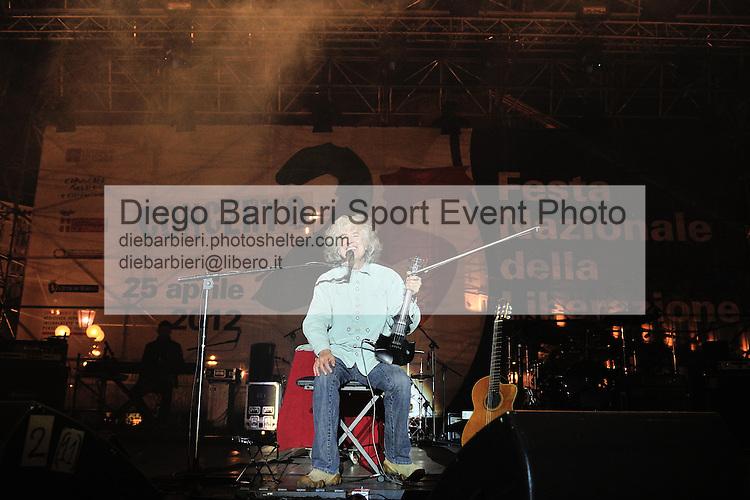 (KIKA) - TORINO, 25/04/2012 - Angelo Branduardi si esibisce nel concerto per la commemorazione del 25 Aprile in piazza Castello a Torino, il 25 aprile 2012.
