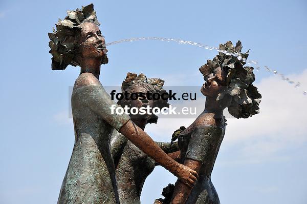Drei-Grazien-Brunnen (2014/15) des Speyerer Bildhauer Franz Müller-Steinfurth, gestiftet von Familie Peter E. Eckes, auf dem Lindenplatz in Zornheim