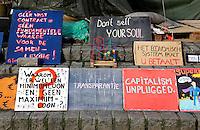 Protestborden bij de actie Occupy Wallstreet in Rotterdam (in 2012)