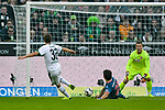 04.11.2018, Stadion im Borussia-Park, Moenchengladbach, GER, 1. FBL, Borussia Moenchengladbach vs. Fortuna Duesseldorf, DFL regulations prohibit any use of photographs as image sequences and/or quasi-video<br /> <br /> im Bild Strafraumszene . Torchance von Florian Neuhaus (#32, Borussia M?nchengladbach / Moenchengladbach) li. Matthias Zimmermann (#25, Fortuna D&uuml;sseldorf / Duesseldorf) mi. Michael Rensing (#1, Fortuna D&uuml;sseldorf / Duesseldorf) <br /> <br /> Foto &copy; nordphoto/Mauelshagen