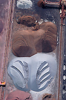 4415/Hansport:EUROPA, DEUTSCHLAND, HAMBURG 28.05.2005:Hafen, Logistik, Lagerung,  Schüttgut, Eisenerz,  Verladen, Loeschen, Laden, Am Sandauhafen, Salzgitter AG, Hamburger Hafen und Lagerhaus AG, HHLA,  Luftaufnahme, Luftbild,  Luftansicht