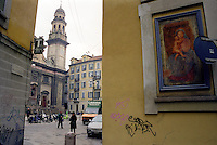 Milano, zona centro. Antica edicola religiosa con affresco di Madonna con Gesù Bambino in via della Palla - vicolo Pusterla, nei pressi della chiesa di Sant'Alessandro --- Milan, downtown. Ancient religious aedicula with fresco of Madonna with Baby Jesus in della Palla street - Pusterla alley, near the church Sant'Alessandro