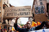 Milano: manifestazione «Occupyamo piazza Affari» per protestare contro la crisi economica e la manovra economica del Governo Monti..Un immigrato protesta per il diritto alla casa.
