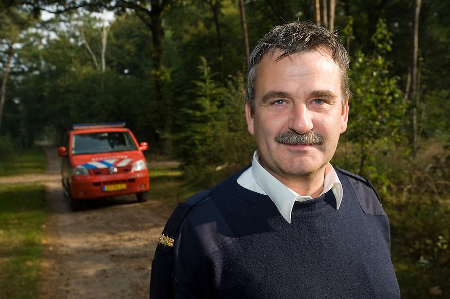 Nederland, Baarn, 28 sept  2009.Jacco Krol, brandweer Baarn, in bos..Foto (c) Michiel Wijnbergh