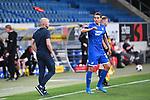 Robert Skov (Hoffenheim) wirft eine Flasche ueber Trainer Alfred Schreuder (Hoffenheim).<br /> <br /> Sport: Fussball: 1. Bundesliga: Saison 19/20: 28. Spieltag: TSG 1899 Hoffenheim - 1. FC Koeln, 27.05.2020<br /> <br /> Foto: Markus Gilliar/GES/POOL/PIX-Sportfotos.<br /> <br /> Nur für journalistische Zwecke! Only for editorial use!<br /> <br /> Gemäß den Vorgaben der DFL Deutsche Fußball Liga ist es untersagt, in dem Stadion und/oder vom Spiel angefertigte Fotoaufnahmen in Form von Sequenzbildern und/oder videoähnlichen Fotostrecken zu verwerten bzw. verwerten zu lassen. DFL regulations prohibit any use of photographs as image sequences and/or quasi-video.