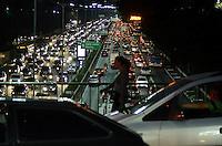 SÃO PAULO, SP, 01.08.2014 – TRÂNSITO EM SÃO PAULO: Trânsito na Av. 23 de Maio, próximo ao Parque do Ibirapuera, zona sul de São Paulo na tarde desta sexta feira. (Foto: Levi Bianco / Brazil Photo Press).