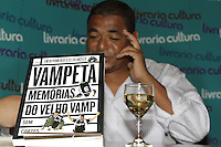 """FOTO EMBARGADA PARA VEICULOS INTERNACIONAIS - SAO PAULO, SP, 07 DE DEZEMBRO 2012 - LANCAMENTO LIVRO DO VAMPETA -  Lancamento do livro """"Vampeta, memorias do velho Vamp"""" - O ex-futebolista brasileiro, Marcos Andre Batista Santos, o Vampeta, recebe fans, amigos e imprensa em noite de autografos para lancamento do seu primeiro livro, na noite dessa sexta-feira, 07, no bairro da Bela vista, zona central da capital  -  FOTO: LOLA OLIVEIRA/BRAZIL PHOTO PRESS"""