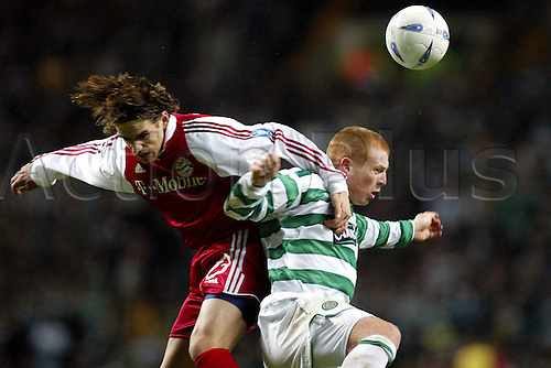 25.11.2003  Owen Hargreaves (Bayern) challenges Neil Lennon (Celtic Glasgow); Champions League 2003/2004, Celtic Glasgow versus FC Bayern Munich 0:0