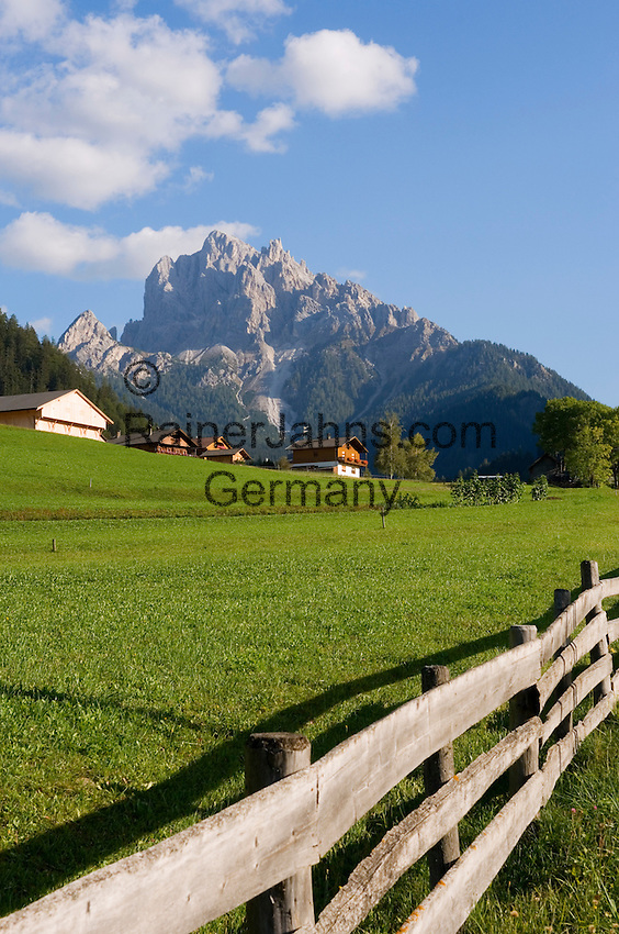 Italy, South Tyrol, Alto Adige, Dolomites, Upper Pusteria Valley near Braies, farmhouses and Duerrenstein mountain (Picco di Vallandro) - Dolomiti di Braies | Italien, Suedtirol, Hochpustertal bei Prags, Bauernhoefe vorm Duerrenstein (Pragser Dolomiten)