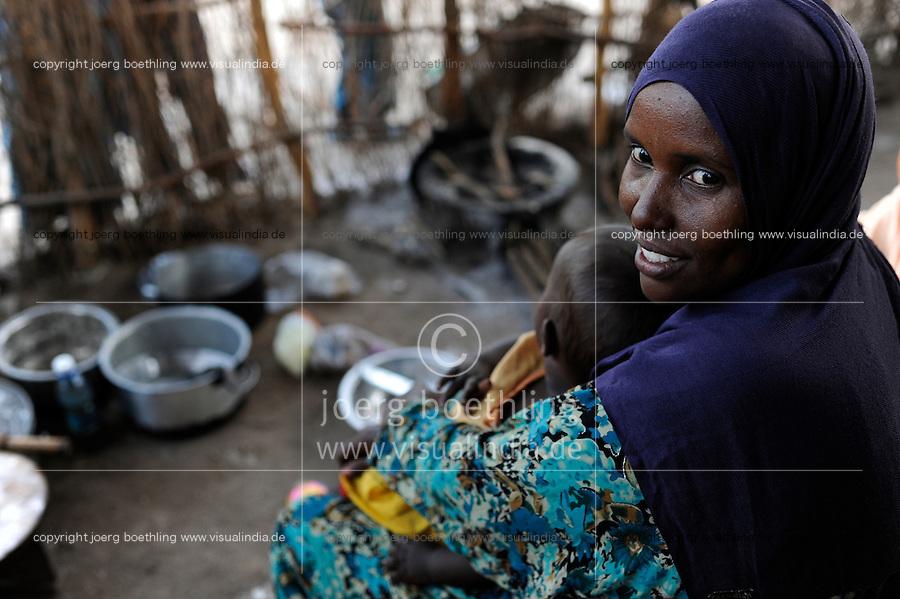 KENYA Turkana Region, UNHCR refugee camp Kakuma, where permanent 80.000 refugees from Somalia, Ethiopia, South Sudan are living, Somali woman with child / KENIA UNHCR Fluechtlingslager Kakuma in der Turkana Region , hier leben ca. 80.000 Fluechtlinge aus Somalia Sudan Aethiopien, somalische Frau Halima mit Sohn Yusuf