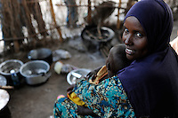 KENYA Turkana Region, UNHCR refugee camp Kakuma, where permanent 80.000 refugees from Somalia, Ethiopia, South Sudan are living, Somali woman with child / KENIA UNHCR Fluechtlingslager Kakuma in der Turkana Region , hier leben ca. 80.000 Fluechtlinge aus Somalia Sudan Aethiopien, somalische Frau Halima mit Sohn Yusuf