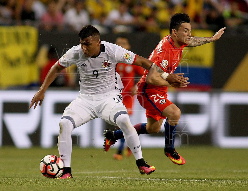 CHICAGO - UNITED STATES, 22-06-2016: Roger Martínez (Izq) jugador de Colombia (COL) disputa el balón con Charles Aranguiz(Der.) jugador de Chile (CHI) durante partido porla semifinal  entre Colombia (COL) y Chile (CHI)  por la Copa América Centenario USA 2016 jugado en el estadio Soldier Field en Chicago, USA.  / Roger Martinez (L) player of Colombia (COL) fights the ball with Charles Aranguiz (R) player of Chile  (CHI) during a match for the quarter of finals between Colombia (COL) and Chile  (CHI) for the Copa América Centenario USA 2016 played at Soldier Field  stadium in Chicago, USA. Photo: VizzorImage/ Luis Alvarez /Cont.