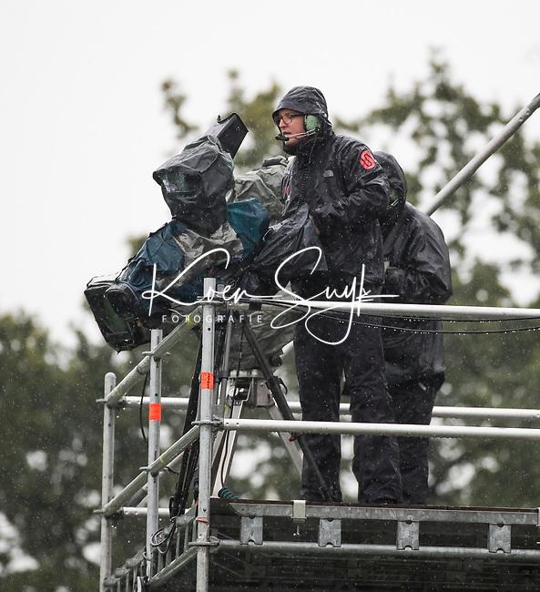 LAREN - HOCKEY - cameraman in de regen,  tijdens de hoofdklasse hockeywedstrijd dames LAREN-KAMPONG (1-0). COPYRIGHT KOEN SUYK