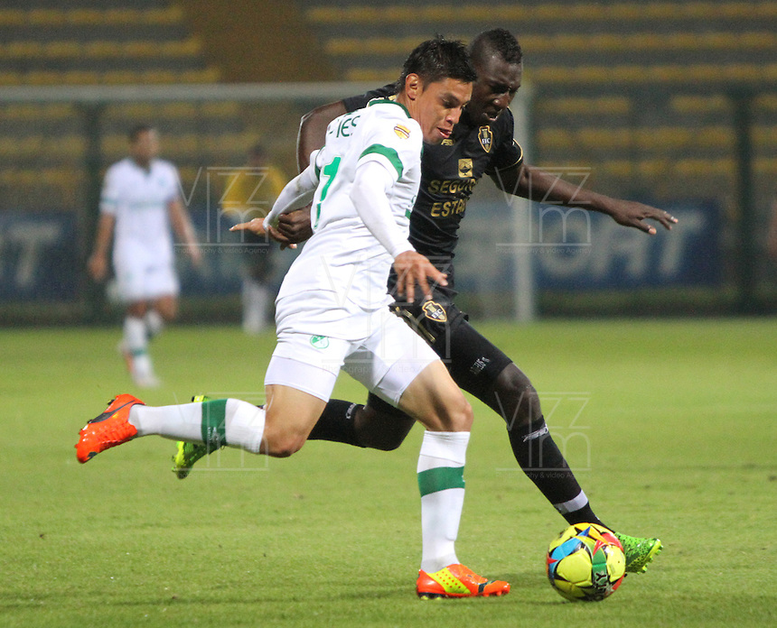 BOGOTA -COLOMBIA. 10-03-2014.  Carlos Lizarazo (Izq)  del Deportivo Cali   disputa el balon contra Dairyn Gonzalez  de Fortaleza F.C.  partido por la decima   fecha de La Liga Postobon 1 disputado en el estadio Metropolitano de Techo . /    Carlos Lizarazo (L) of Deportivo Cali  fights the ball  against  Dairyn Gonzalez of Fortaleza F.C.  of  tenth round during the match  of The Postobon one league  at the Metropolitano of Techo Stadium . Photo: VizzorImage/ Felipe Caicedo / Staff