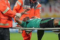FUSSBALL   CHAMPIONS LEAGUE   SAISON 2013/2014   PLAY-OFF FC Schalke 04 - Paok Saloniki        21.08.2013 Jefferson Farfan (FC Schalke 04) wird verletzt vom Platz getragen