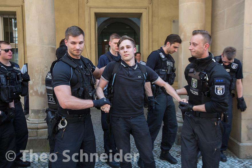 Polizisten räumen die Identitären, hier Till Lucas Wessels (Kontrakultur Halle) // Rund 50 Anhänger der Identitären Bewegung versuchten am Freitag das Vordach des Bundesjustizministeriums zu besetzen. Da Polizisten das verhinderten, setzten sie sich auf den Gehweg und ließen sich räumen.