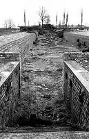 POLEN, 03.1992.Osviecim (Auschwitz).Gedenkstaette K.L. Auschwitz II - Birkenau: Truemmer des zum Schluss von der SS gesprengten Krematoriums II - Eingangstreppe zum Auskleideraum und zur Gaskammer..Former concentration camp: Ruins of the Crematory II at Auschwitz II Birkenau, blown up at the very end by the SS. Entrance to the unclothing room and the gas chamber..© Martin Fejer/est&ost