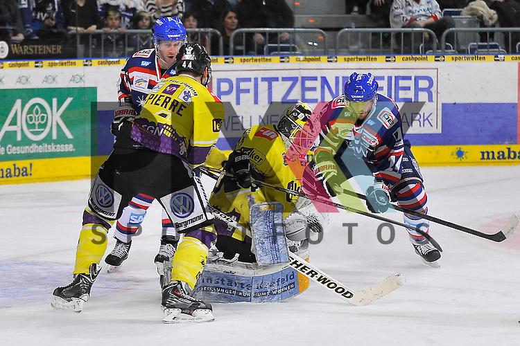 Mannheims Steve Wagner (Nr.14) und Mannheims Kai Hospelt (Nr.18) gegen Krefelds Nick St. Pierre (Nr.44) und Krefelds Domas Duba (Nr.70) beim Spiel in der DEL, Adler Mannheim - Krefeld Pinguine.<br /> <br /> Foto &copy; Ice-Hockey-Picture-24 *** Foto ist honorarpflichtig! *** Auf Anfrage in hoeherer Qualitaet/Aufloesung. Belegexemplar erbeten. Veroeffentlichung ausschliesslich fuer journalistisch-publizistische Zwecke. For editorial use only.