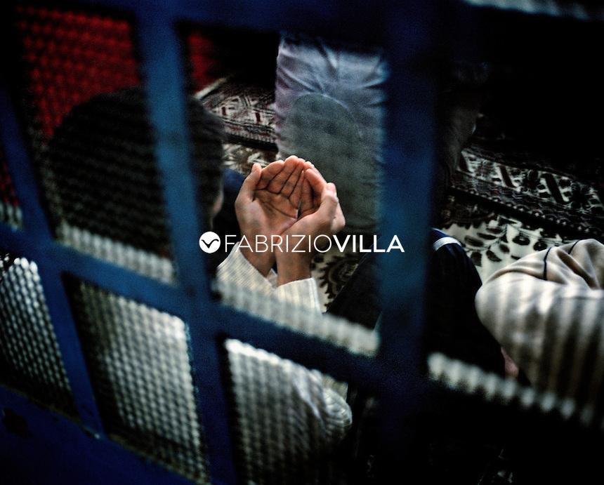 Carcere di San Vittore Milano ottobre 2004. Un gruppo di detenuti durante un momento di preghiera nella loro cella. Foto Fabrizio Villa