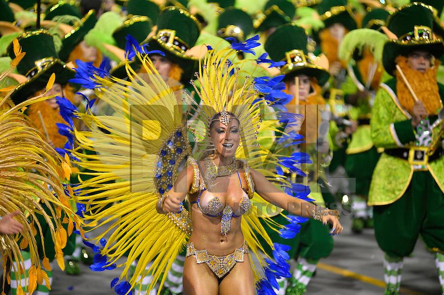 SÃO PAULO, SP, 15.02.2015, CARNAVAL 2015 - SÃO PAULO - GRUPO ESPECIAL / ACADEMICOS DO TATUAPE - Integrantes da escola de samba  Academicos do Tatuape, durante desfile do grupo especial do Carnaval de São Paulo, na madrugada deste domingo, 15. (Foto: Levi Bianco / Brazil Photo Press).