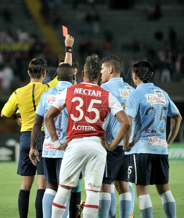 BOGOTA - COLOMBIA - 23-03-2016: Nicolas Gallo (Izq.), arbitro, muestra tarjeta roja a juan Dominguez, jugador de Atletico Junior, durante partido aplazado por la fecha 4 entre Independiente Santa Fe y Atletico Junior, de la Liga Aguila I-2016, en el estadio Nemesio Camacho El Campin de la ciudad de Bogota. / Nicolas Gallo (L), referee, shows red card to juan Dominguez, player of Atletico Junior, during a postponed match of the date 4 between Independiente Santa Fe and Atletico Junior, for the Liga Aguila I -2016 at the Nemesio Camacho El Campin Stadium in Bogota city, Photo: VizzorImage / Luis Ramirez / Staff.