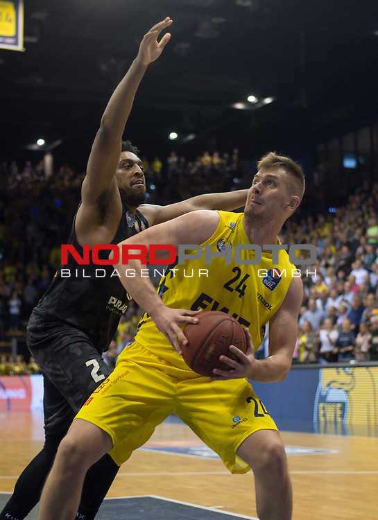 10.05.2019, EWE Arena, Oldenburg, GER, easy Credit-BBL, EWE Baskets Oldenburg vs Mitteldeutscher BC, im Bild Rashid MAHALBASIC (EWE Baskets Oldenburg #24 ) James FARR (Mitteldeutscher BC #2 )<br /> Foto © nordphoto / Rojahn