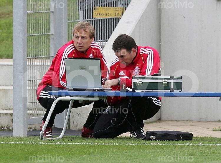 Fussball WM 2006: Training Deutschland Bundestrainer Juergen KLINSMANN (Deutschland) im Gespraech vor einem Auswertungslaptop mit Fitnesstrainer Chad FORSYTHE (USA, Athlete Performance)